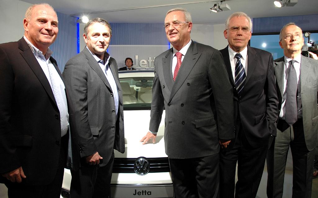 Gruppenbild am neuen VW Jetta: (von links) Bayern-Präsident Hoeneß, Werder-Geschäftsführer Allofs, Volkswagen-Konzernchef Winterkorn, Entwicklungsvorstand Hackenberg, Designchef de'Silva.