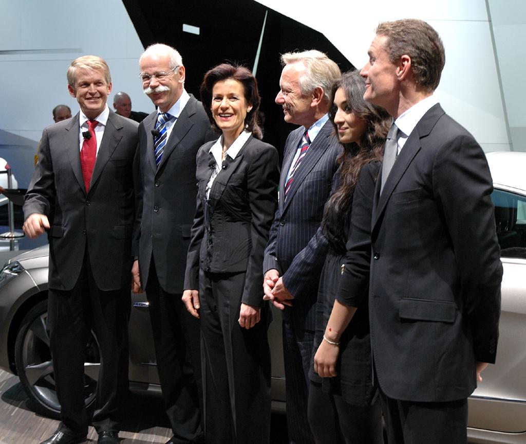 Gruppenbild bei der Präsentation am Mercedes-Stand in Paris mit Vorstand und Gästen.