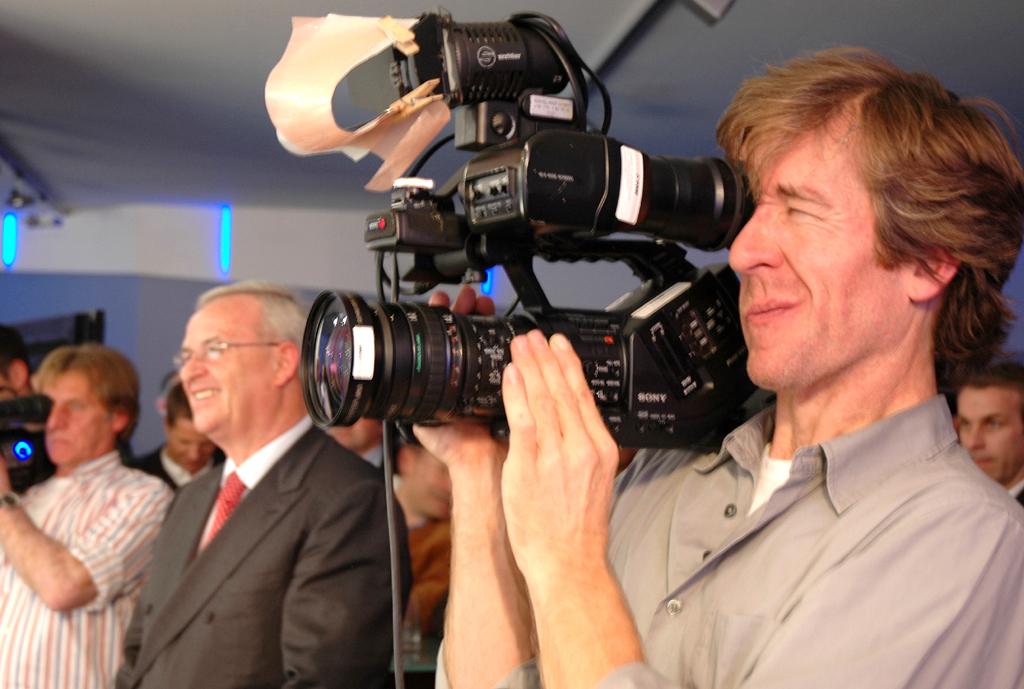 Im Blickpunkt: Volkswagen-Konzernchef Winterkorn zwischen zwei Kameramännern.