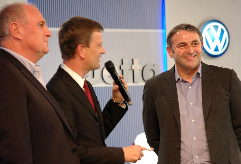 Im Gespräch: (von links) Bayern-Präsident Hoeneß, VW-Sprecher Peter Thul, Werder-Geschäftsführer Allofs.