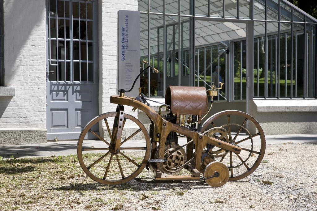 Im November 1885 fährt der Daimler Reitwagen von Cannstatt nach Untertürkheim