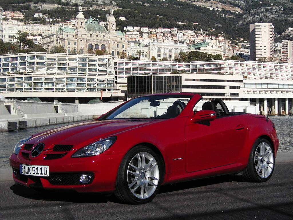 """Im neuen SLK, hier noch die aktuelle Version, führt Mercedes das neuartige Panorama-Varioglasdach mit """"Magic Sky Control"""" ein."""