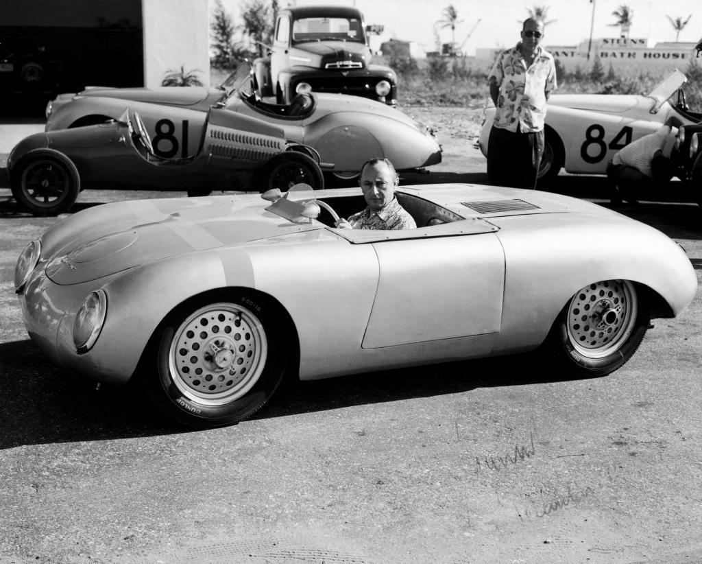 """Importeur Max Hoffman in einem """"Glöckler-Porsche"""" (1951)."""