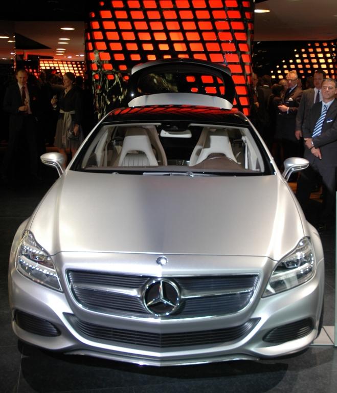 Magisches Automobil: Mercedes-CLS-Neuauflage in der Pariser Mercedes-Benz-Gallery, die Mitte Oktober eröffnet wird.