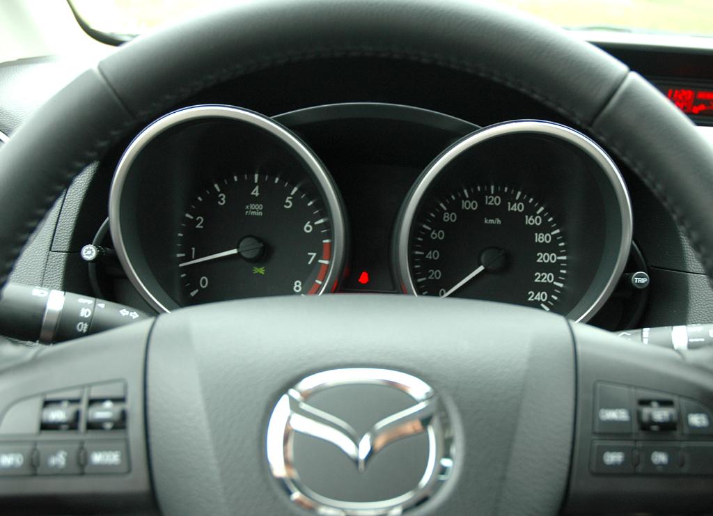 Mazda5: Blick durch den Lenkradkranz auf die Rundinstrumentierung.