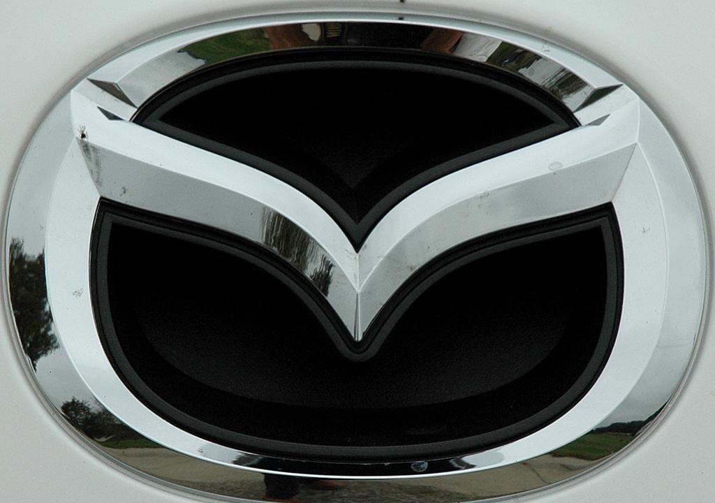 Mazda5: Das Markenlogo der Flügelschwingen sitzt vorn gleich über dem Kühlergrill.