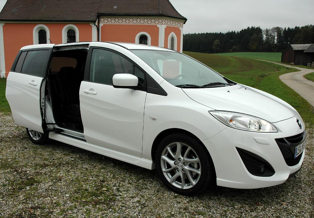 Mazda5: Die elektrischen Schiebetüren erleichtern das Ein- und Aussteigen hinten.