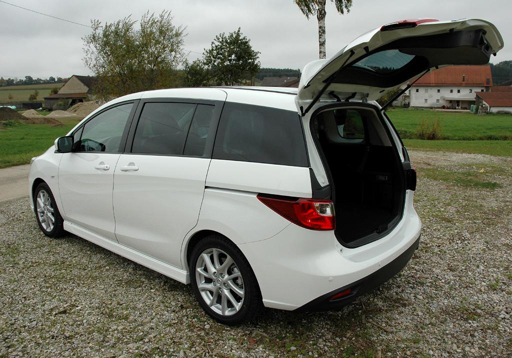 Mazda5: Ins Stauabteil passen 538/1597 und 112/1485 Liter (Fünf-/Siebensitzer) hinein.