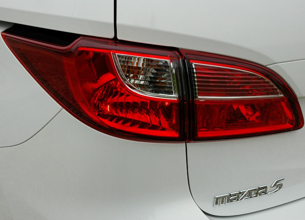 Mazda5: Moderne Leuchteinheit hinten mit Modellschriftzug.