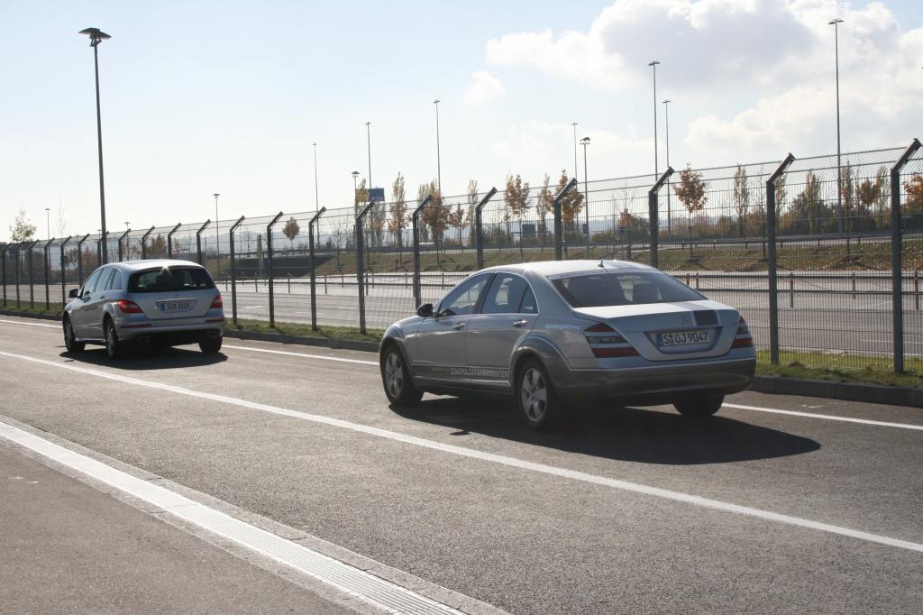 Mercedes-Benz erprobt in einer S-Klasse den Staufolgefahrassistenten für das Geschwindigkeitsregelsystem Distronic Plus.