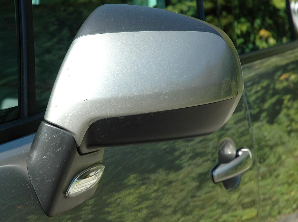 Peugeot 3008: Blick auf den oben und unten farblich abgesetzten Außenspiegel.