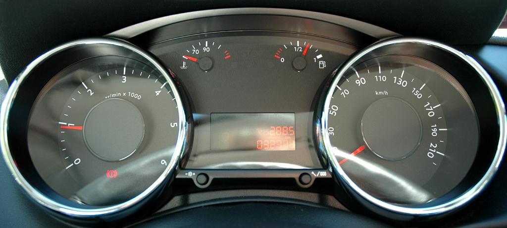 Peugeot 3008: Blick durch den Lenkradkranz auf die Rundinstrumentierung.