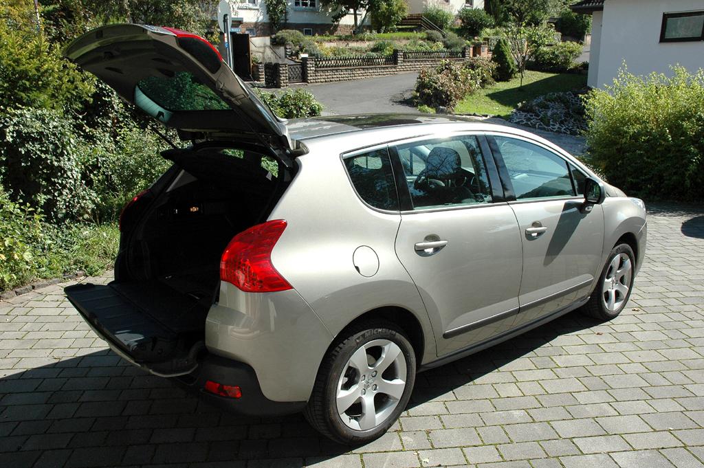 Peugeot 3008: Die Kofferraumklappe ist zweigeteilt.