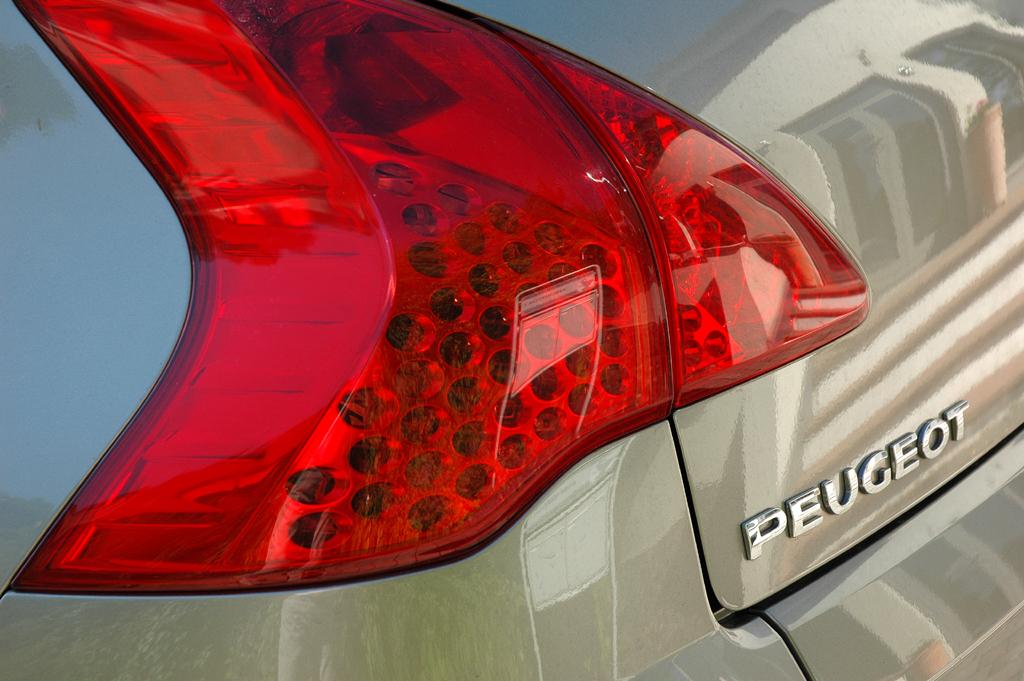 Peugeot 3008: Moderne Leuchteinheit hinten mit Markenschriftzug.