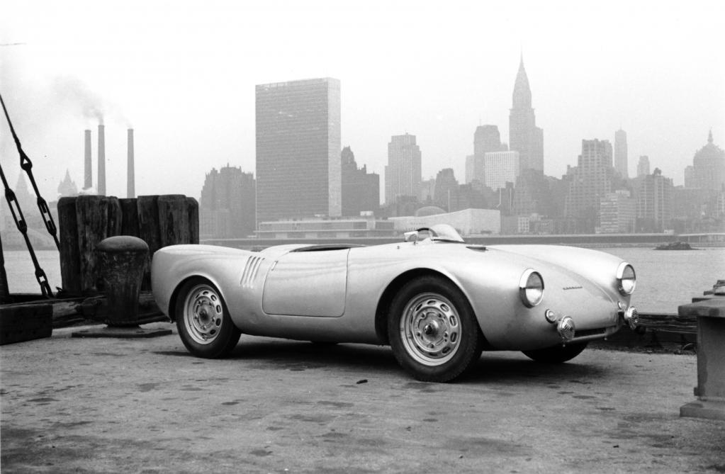 """Porsche 550 Spyder vor der Skyline von New York auf dem Weg zum Rennen """"Carrera Panamericana"""" (1953)."""