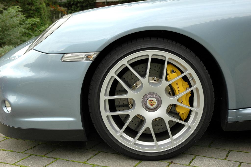 Porsche 911 Turbo S Coupé: Blick auf Vorderrad mit gelblackiertem Bremssattel.