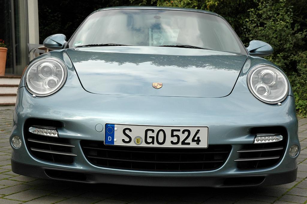 Porsche 911 Turbo S Coupé: Blick auf die Frontpartie des Sportwagens.