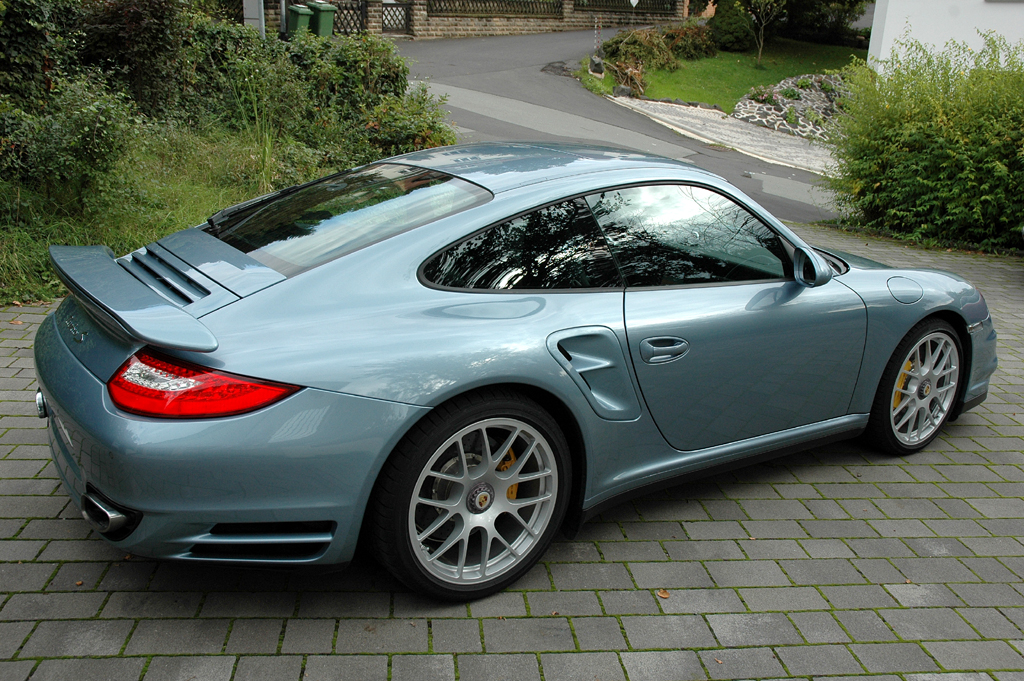 Porsche 911 Turbo S Coupé: Heck-/Seitenansicht.
