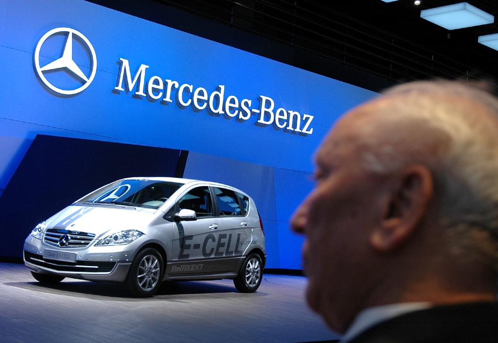 Professor Werner Breitschwerdt, früher Daimler-Benz-Vorstand, und die neue Elektro-A-Klasse.