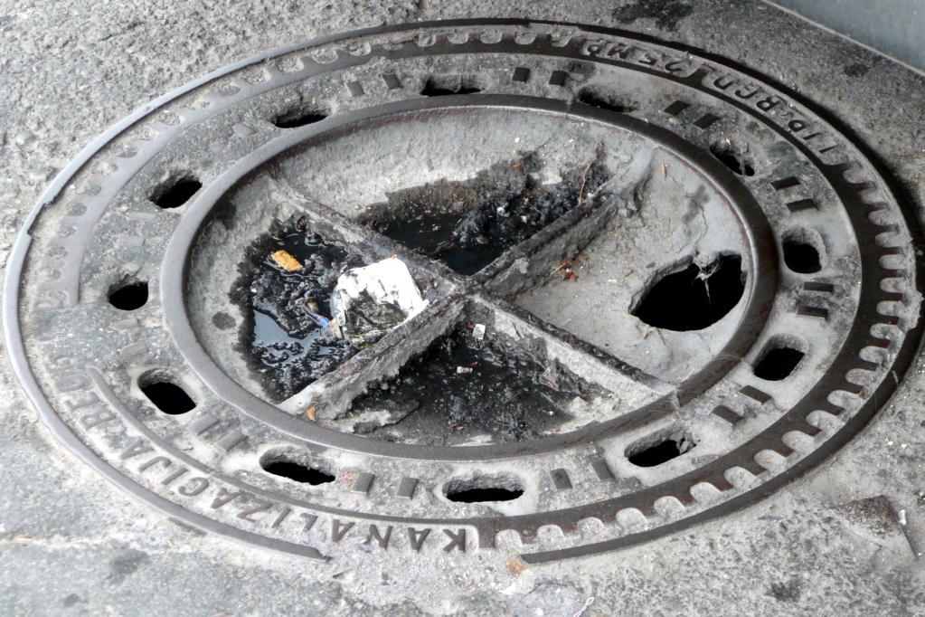 Recht: Keine Behörden-Haftung bei losen Kanaldeckeln