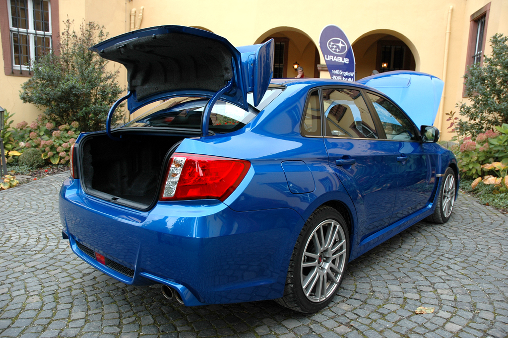 Subaru WRX STi: Bei geöffneter Koffer- und Motorraumklappe.