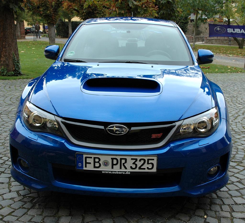 Subaru WRX STi: Blick auf die Frontpartie mit typischer Lufthutze in der Motorhaube.