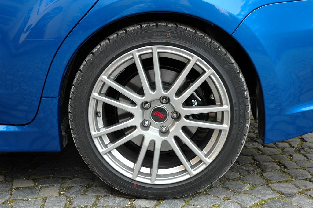 Subaru WRX STi: Hinter den 18-Zöllern verbirgt sich eine große Brembo-Bremsanlage.