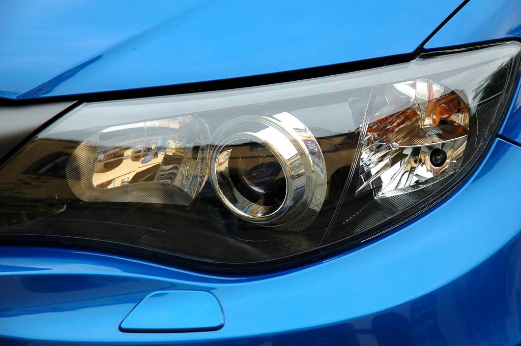 Subaru WRX STi: Moderne Leuchteinheit vorn mit Xenon-Scheinwerfern.