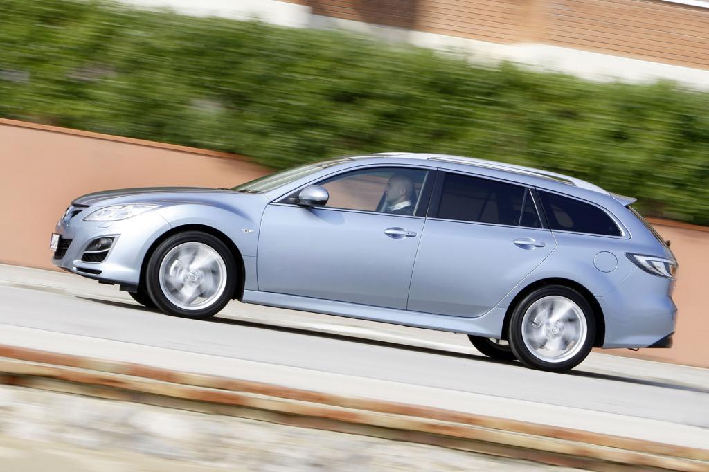 Trotz schnittiger Linie bietet der Mazda viel Platz