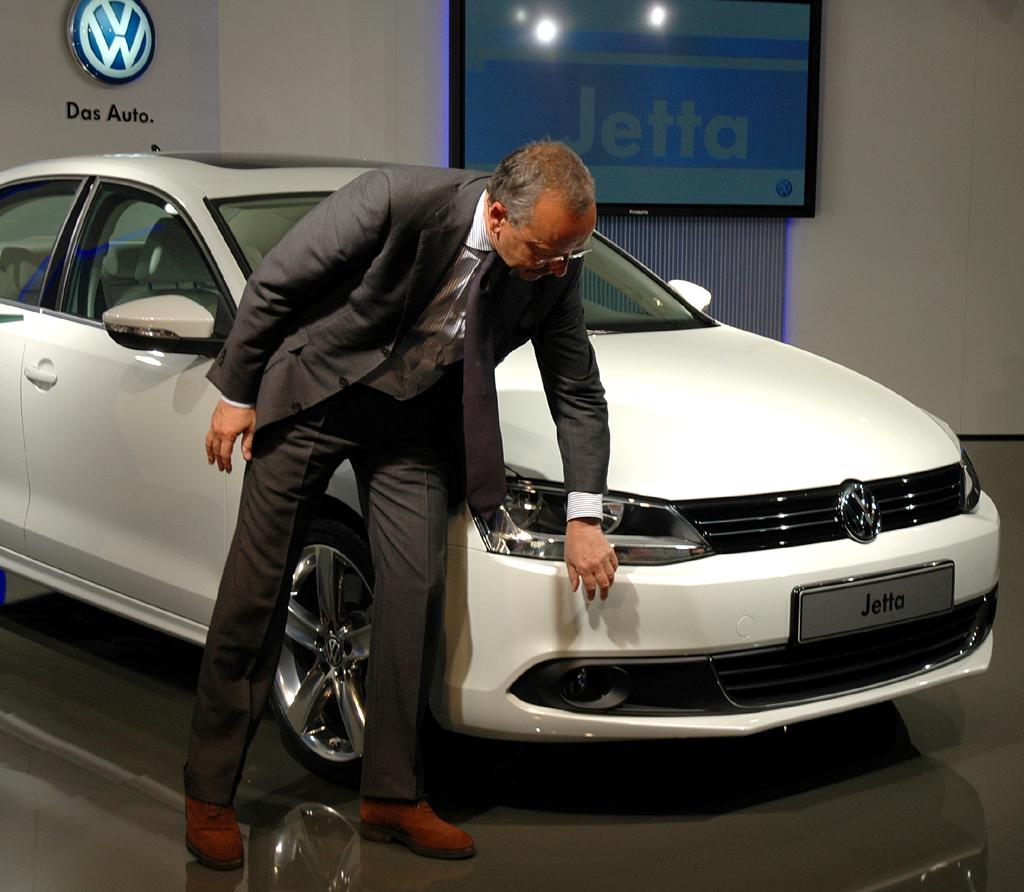 VW Jetta: Konzern-Designchef Walter de'Silva erläutert die sportlichere Linienführung.