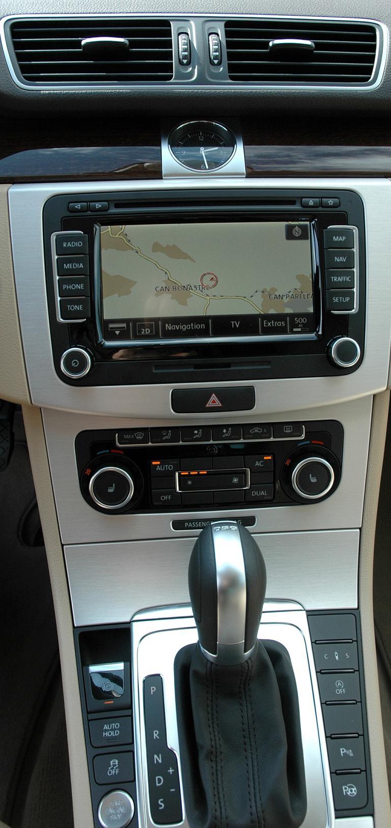 VW Passat: Blick auf den ebenfalls übersichtlich geordneten mittleren Armaturenträger.