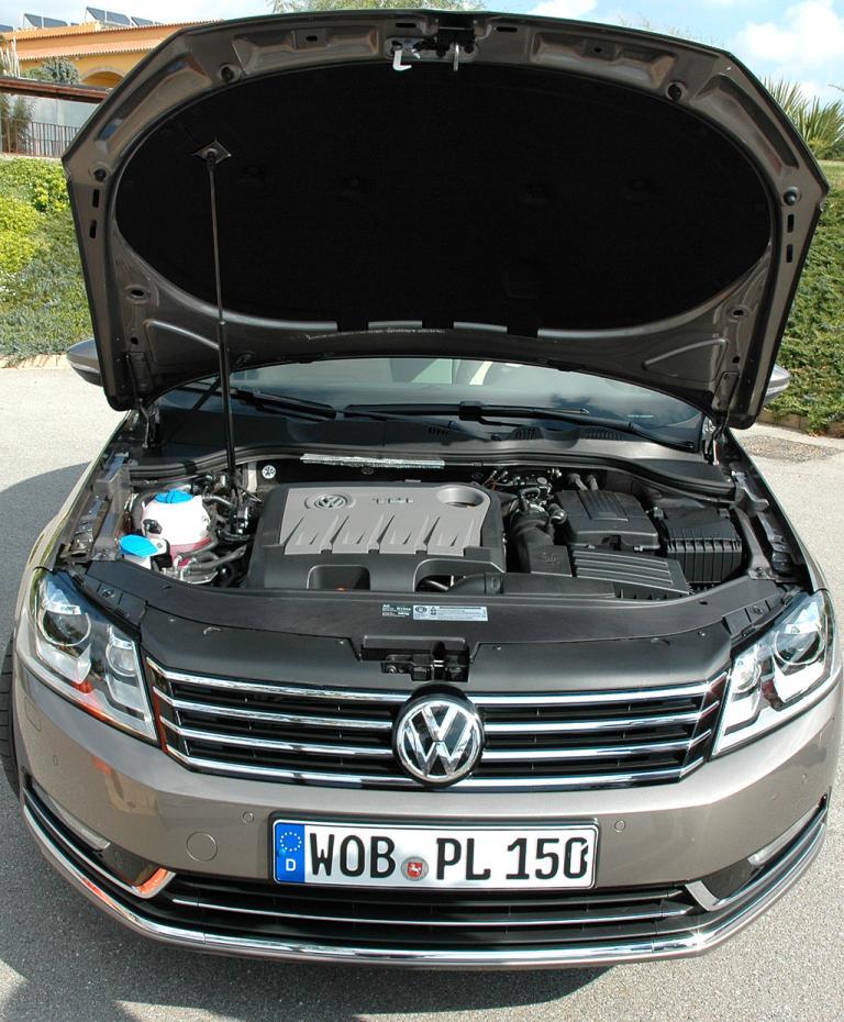 VW Passat: Blick unter die Motorhaube eines Turbodiesels.