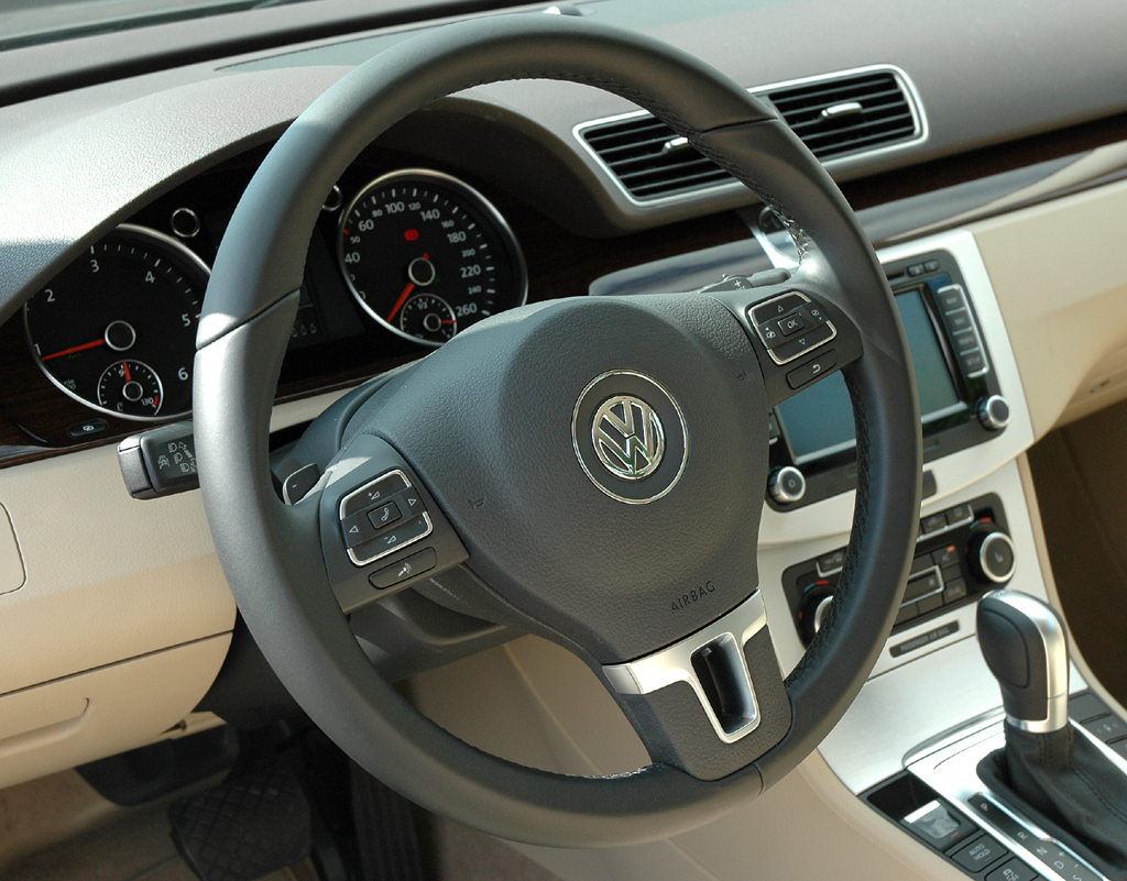 VW Passat: Das Cockpit mutet durchaus nobel an.
