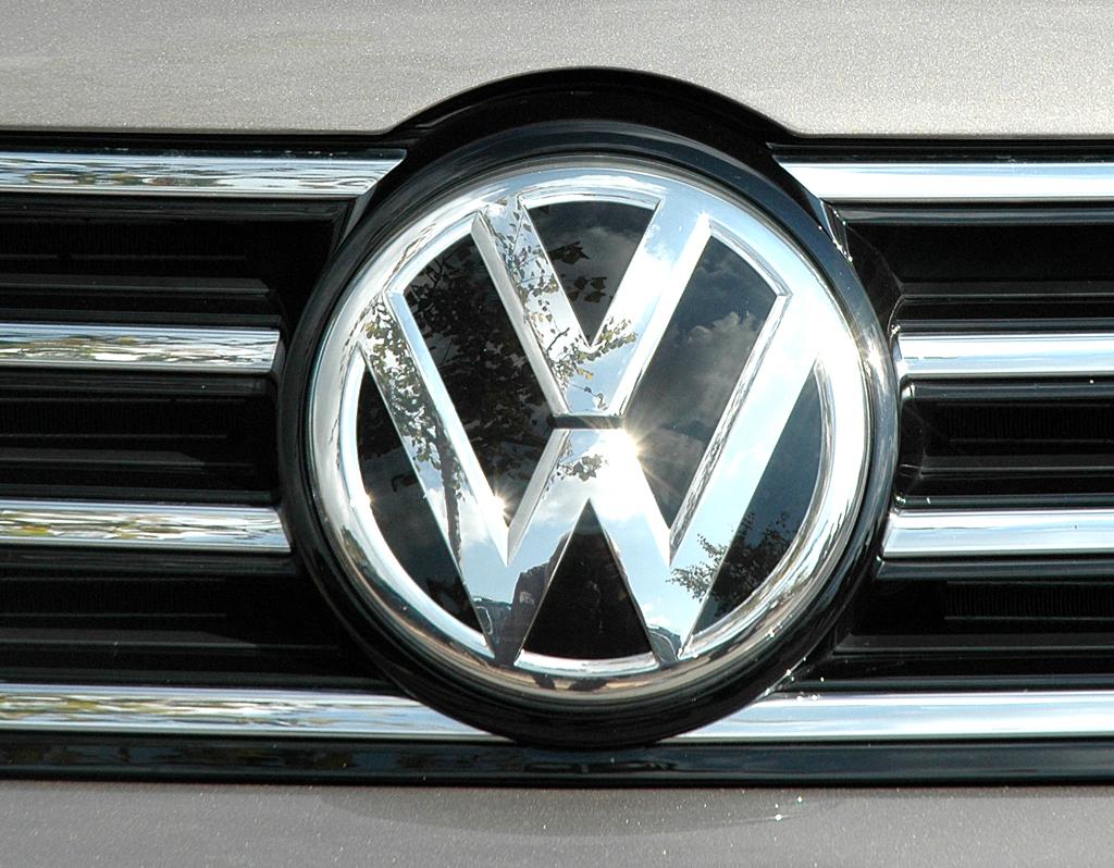 VW Passat: Das Markenlogo vorn sitzt mittig im Kühlergrill.
