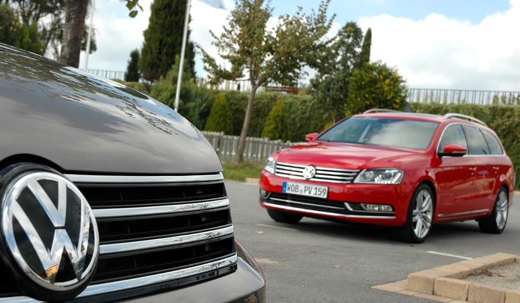 VW Passat: Limousinen-Front vorn, Variant-Kombi hinten.