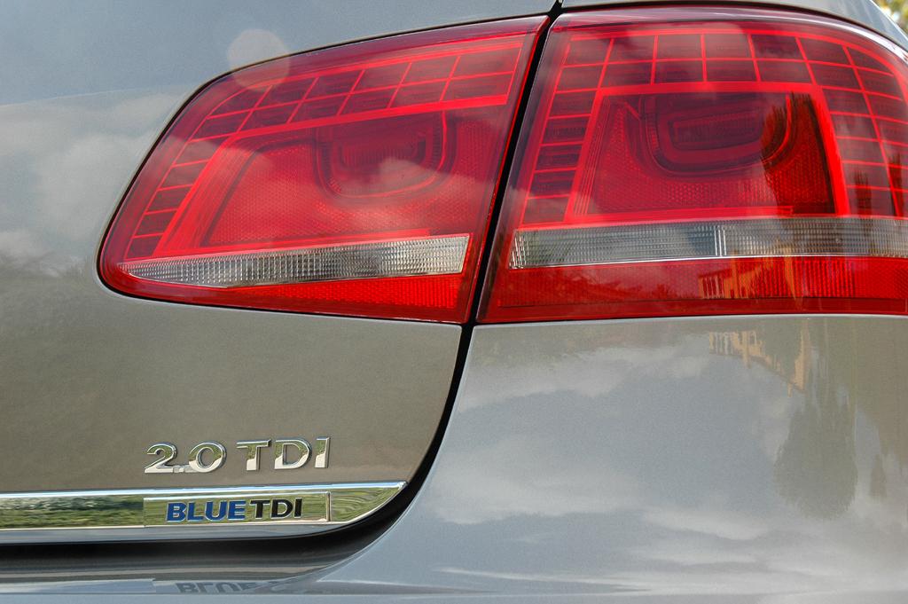 VW Passat: Moderne Leuchteinheit hinten mit Motorisierungsschriftzug.