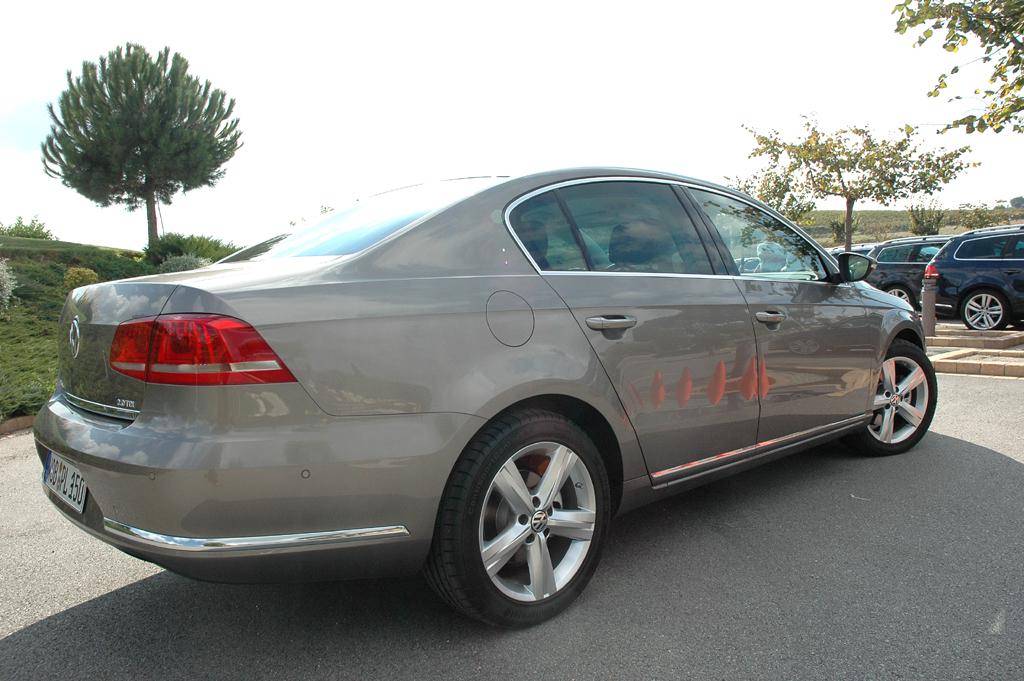 VW Passat: Seitenansicht der Limousine.