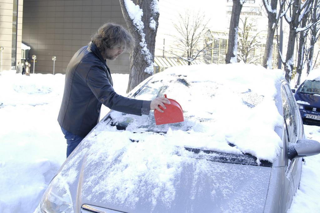 Vor jedem Start ist das Auto vollständig von Eis und Schnee zu befreien. Vergessen Sie auch nicht Motorhaube und Dach abzufegen.