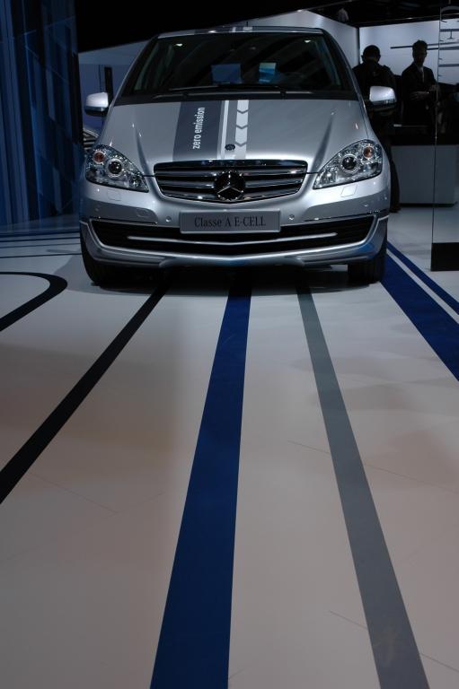 """Wie der Weg vor einem Auto, hier die neue Elektro-A-Klasse, beschaffen ist, erkennt künftig die """"Magic Body Control""""."""