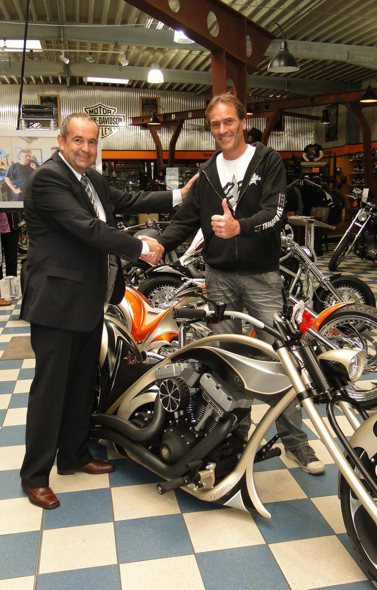 Andreas Schmidt von NGK gratuliert Andreas Bergeforth (rechts).