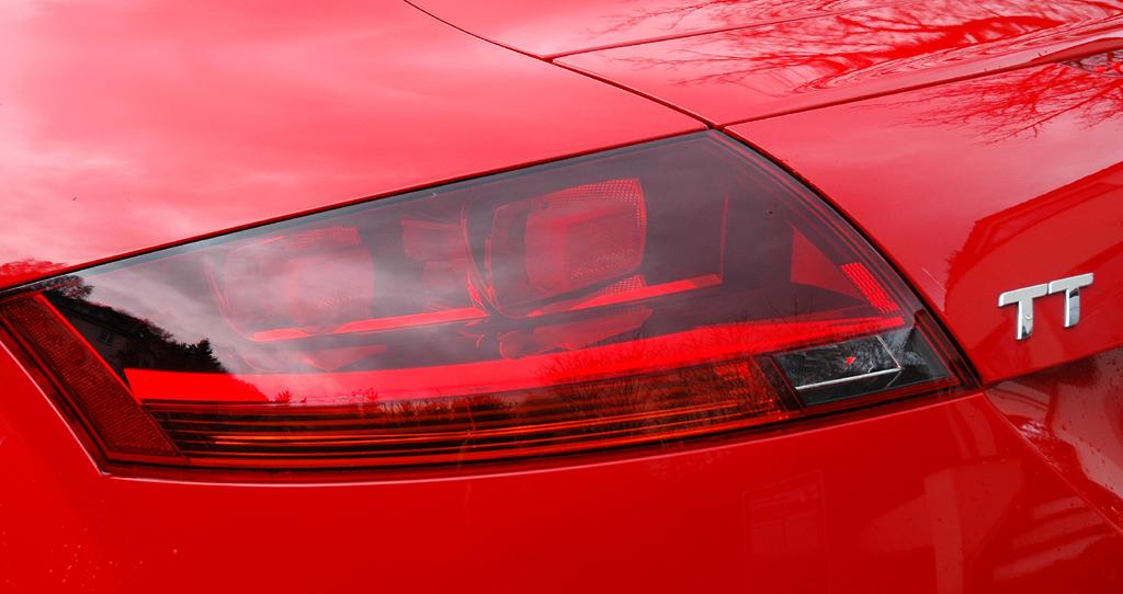 Audi TT: Moderne Leuchteinheit hinten mit Modellschriftzug.