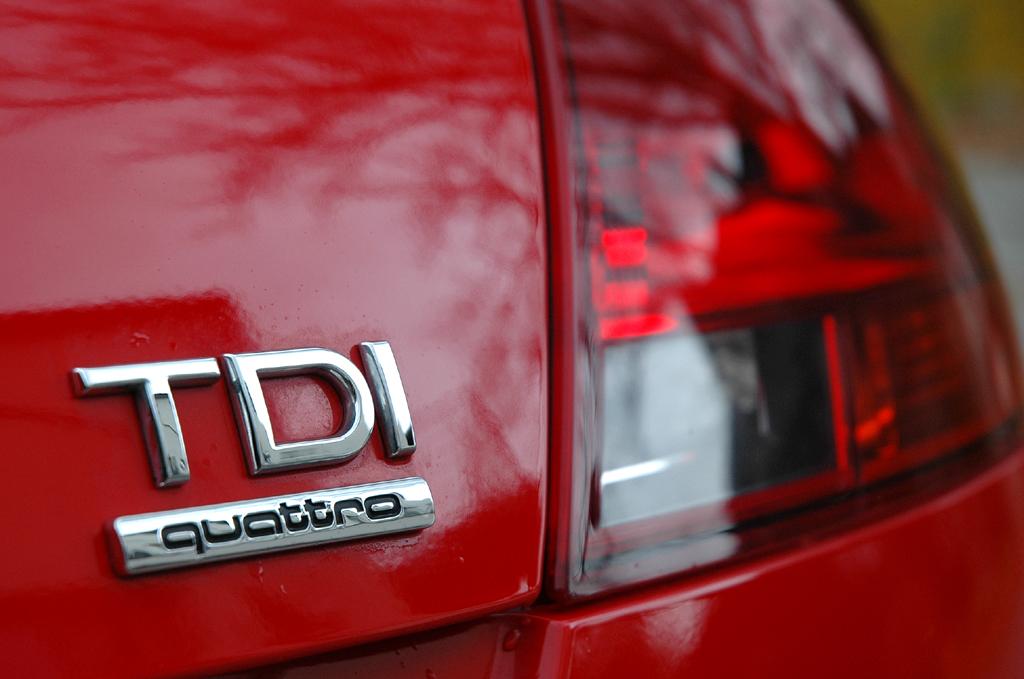 Audi TT: Moderne Leuchteinheit hinten mit Motorisierungs- und Antriebsschriftzug.