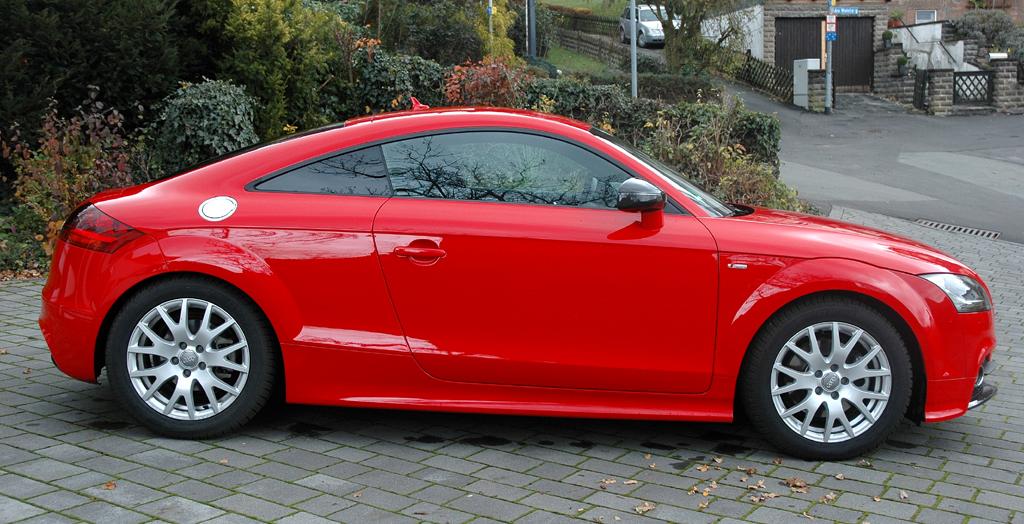 Audi TT: Seitenansicht des Coupés mit Kuppeldach und schmalem Fensterband.