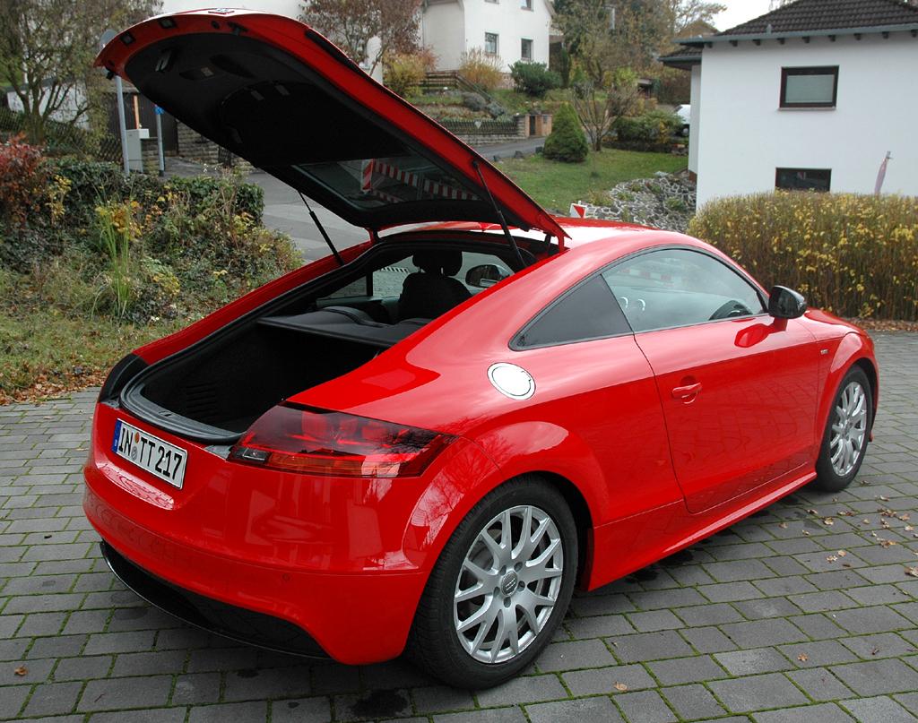 Audi TT: Unter die große Kofferraumklappe passen normal 292 Liter Gepäck hinein.