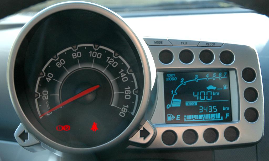 Chevrolet Spark: Blick auf den Tacho links mit der Bordcomputer-Anzeige daneben.