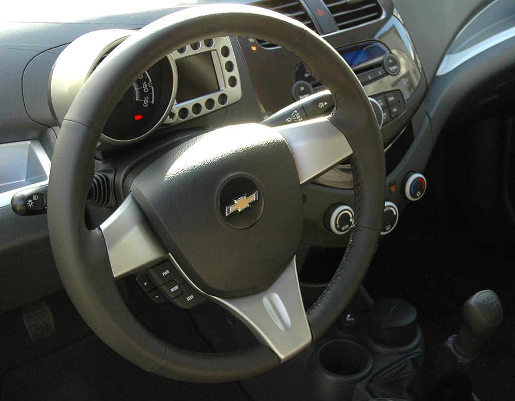 Chevrolet Spark: Blick auf den übersichtlich gestalteten Fahrer-Arbeitsplatz.