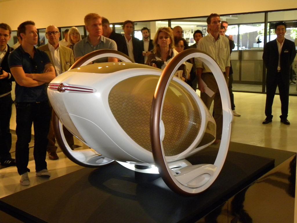 Der Maybach der Zukunft eine Mischung aus Rikscha und Sedway? Vorschlag für ein Vier-Personen-Luxusfahrzeug der Zukunft vom Mercedes-Benz-Designstudio in Japan.
