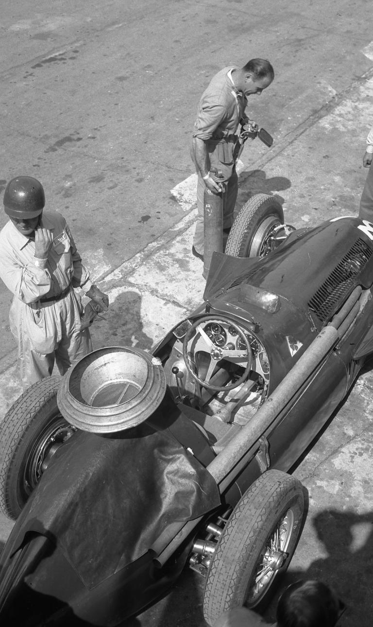 Der erste Formel-1-Weltmeister Giuseppe Farina und sein Alfa Romeo Tipo 159 Alfetta (1951).