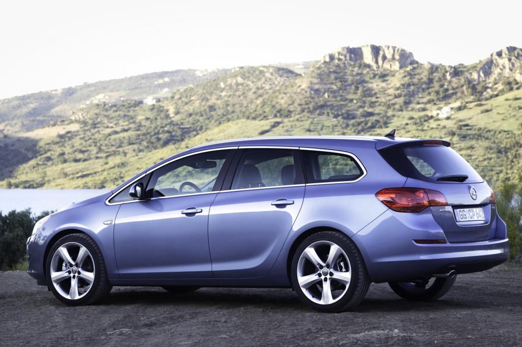 Die Dachlinie beim Opel Astra fällt leicht ab
