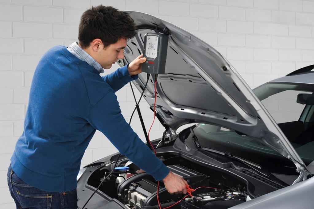 Die Kfz-Mechaniker in Werkstätten stehen vor neuen Herausforderungen, die gar lebensgefährlich sein können.